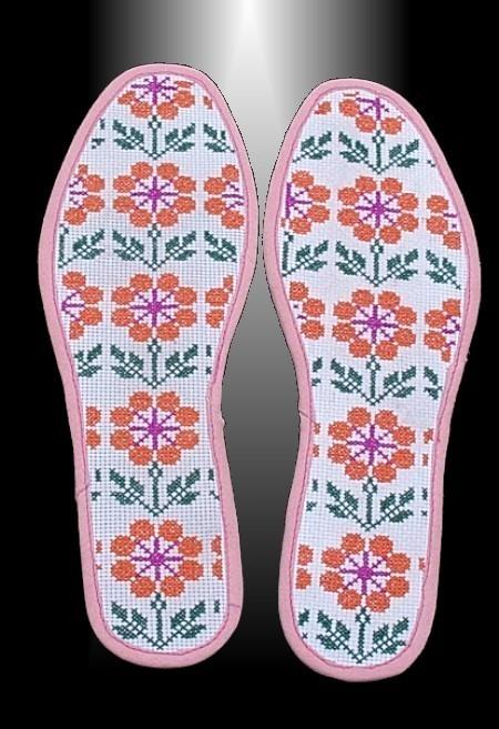 五莲刺绣鞋垫起源于明末清初。是地方文化特有的表现形式之一。五莲刺绣鞋垫不仅形式多样,工艺精湛,更因其丰富的文化内涵而大放异彩。民间艺人通过绣制技巧把各种景物、图案反映在制品上,给人以美的享受,同时再现了风情民俗、寄寓精神向往,表达了人们的宗教信仰、生命崇拜等意蕴。我县于里镇、许孟镇、街头镇、叩官镇、潮河镇等地的各个村庄大量盛行刺绣制品,刺绣的针法也是多种多样的,有平绣、辫绣、结绣、缠绣、贴花等十来种。五莲绣花鞋垫分绣花和割花两种,它们大都以平日不用的破旧布料为原料,用艳丽的丝线或纯棉线缝制。图案各有